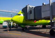 S7 Airlines samolot w airlock w lotniskowym Domodedovo Obrazy Stock