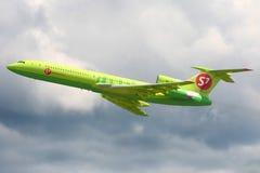 S7 Airlines Tupolev Tu-154M RA-85829 bierze daleko przy Domodedovo lotniskiem międzynarodowym Obrazy Royalty Free