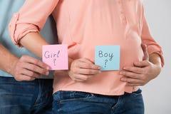 S'attendant à des couples jugeant de papier avec le texte de fille et de garçon image stock