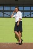 säker utomhus- posera kvinna för affär Arkivfoto