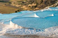 Sławni trawertynów baseny, tarasy w Pamukkale i Obrazy Stock