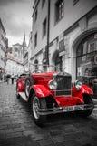 Sławny historyczny czerwony samochodowy Praga w Praga ulicie Zdjęcia Stock