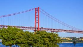 Sławny 25th Kwietnia most nad Rzecznym Tajo w Lisbon Salazar aka moscie Zdjęcia Royalty Free