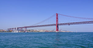 - 17, 2017 sławny 25th Kwietnia most nad Rzecznym Tajo w Lisbon Salazar aka moscie LISBON, PORTUGALIA, CZERWIEC - Obraz Royalty Free