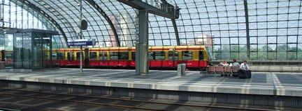 S-bahn, à unités multiples électrique de DB de la classe 485 dans le terminal de Berlin Central Photo libre de droits