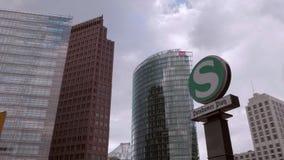 S-Bahn/muestra y entrada del metro en Potsdamer Platz en Berlín - tiro del carro/del cardán metrajes