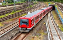 S-Bahn pociąg przy Hamburską Hauptbahnhof stacją - Niemcy Obrazy Royalty Free