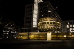 S-Bahn Trenuje przelotnego Alexanderplatz przy nocą - Berlin, Niemcy Obrazy Stock