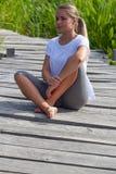 20s blond dziewczyna cieszy się relaksować outdoors Zdjęcie Royalty Free