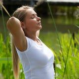 20s blond dziewczyna szeroko rozpościerać ona z powrotem ręki dla światła słonecznego zdjęcie royalty free
