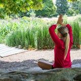 20s blond dziewczyny ćwiczy medytacja w miasto parku Obraz Stock