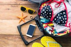 ` S, cartera, dispositivos elegantes del viajero de la ropa del teléfono, en una f de madera Fotografía de archivo libre de regalías