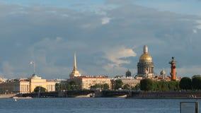 ` S Cathdral, l'Amirauté, pont de palais dans le coucher du soleil pendant l'été - St Petersburg, Russie d'Isaac Photo stock