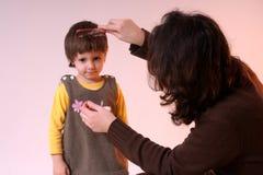 s'charger de la mère de cheveu de fille Photo libre de droits