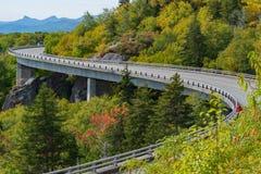 S-curve op het Brede rijweg met mooi aangelegd landschap royalty-vrije stock foto