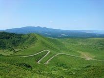 S-curveweg op berg met blauwe hemel Stock Foto