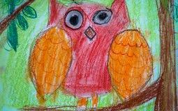 ` S d'enfant dessinant le hibou rouge se reposant sur la branche d'arbre Photographie stock libre de droits