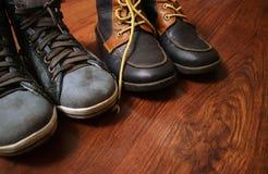 ` S d'enfants et chaussures du ` s de femmes sur un fond en bois image libre de droits