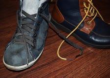 ` S d'enfants et chaussures du ` s de femmes sur un fond en bois photographie stock