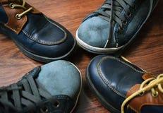 ` S d'enfants et chaussures du ` s de femmes sur un fond en bois photo libre de droits