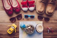 ` S d'enfants et lunettes de soleil adultes du ` s et s'accorder et cible de chaussures photographie stock