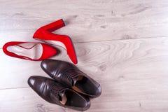 ` S d'hommes et chaussures des femmes rouges de talon haut sur le fond blanc image stock