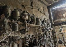 ` S d'outilleur ou atelier du ` s d'artisan en métal avec les pots de cuivre de récipient ou de vintage photo libre de droits