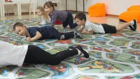 ` S das crianças que desenvolve uma sala de jogo Emoções das jovens crianças durante classes divertidos As crianças têm o diverti vídeos de arquivo