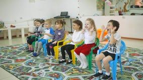 ` S das crianças que desenvolve uma sala de jogo Emoções das jovens crianças durante classes divertidos a criança está construind filme