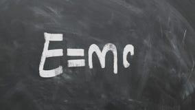 ` S de Albert Einstein la mayoría de la ecuación famosa E=MC2 en la pizarra 1080p 60fps almacen de metraje de vídeo