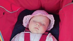 ` S de bébé dormant dans la poussette Image stock