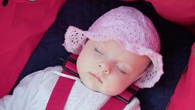 ` S de bébé dormant dans la poussette Photo libre de droits