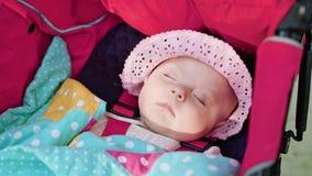 ` S de bébé dormant dans la poussette Photo stock