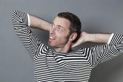40s de détente équipent plier ses bras derrière son cou Images stock
