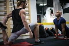 ` S de dois homens que dá certo no gym imagens de stock royalty free