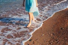 ` S de femmes et pieds du ` s d'hommes dans le sable Images stock