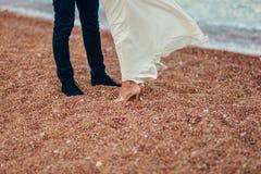 ` S de femmes et pieds du ` s d'hommes dans le sable Image stock