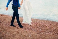 ` S de femmes et pieds du ` s d'hommes dans le sable Images libres de droits