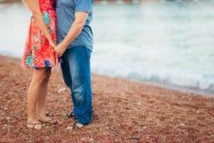 ` S de femmes et pieds du ` s d'hommes dans le sable Photo libre de droits