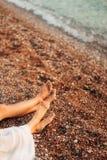 ` S de femmes et pieds du ` s d'hommes dans le sable Photos stock