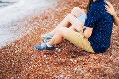 ` S de femmes et pieds du ` s d'hommes dans le sable Photo stock