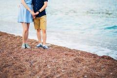 ` S de femmes et pieds du ` s d'hommes dans le sable Photos libres de droits