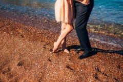 ` S de femmes et pieds du ` s d'hommes dans le sable Photographie stock libre de droits