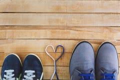 ` S de las mujeres y zapatos del ` s de los hombres con los cordones del corazón Fotos de archivo libres de regalías