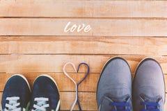` S de las mujeres y zapatos del ` s de los hombres con los cordones del corazón Imagen de archivo