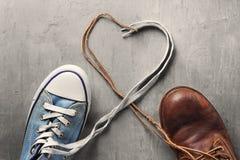 ` S de las mujeres y zapatos del ` s de los hombres con cordones del corazón Fotografía de archivo libre de regalías