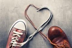 ` S de las mujeres y zapatos del ` s de los hombres con cordones del corazón Fotografía de archivo