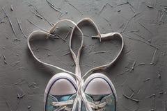 ` S de las mujeres y zapatos del ` s de los hombres con cordones del corazón Imagen de archivo libre de regalías