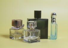 ` S de los hombres y perfume de la mujer en botellas fotografía de archivo