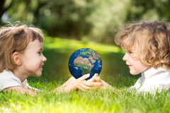Conecte a tierra en manos del ` s de los niños Imágenes de archivo libres de regalías